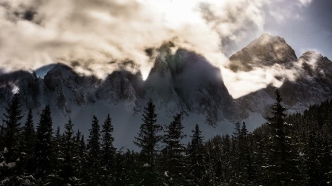 574066921-dolomiti-alpi-calcaree-meridionali-nuvole-minacciose-alta-montagna